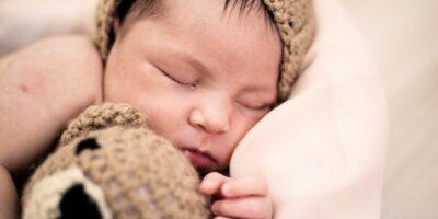 Hvor længe skal børn sove? Læs det her