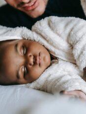 Hvornår sover børn igennem? Få en indikator her