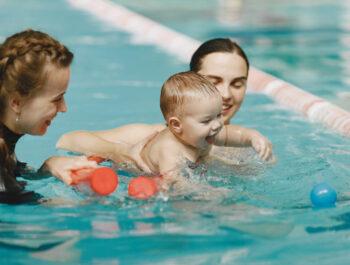Babysvømning: Hvornår, hvorfor og hvordan?
